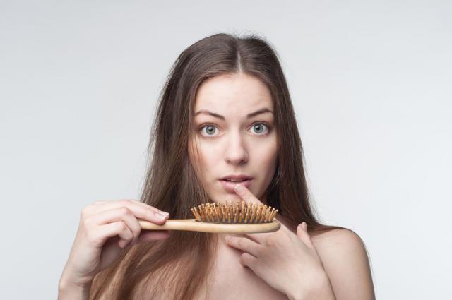 Wypadające włosy: Powód do niepokoju? Jak poradzić sobie z tym problemem? #WŁOSY #WYPADANIE #PIELĘGNACJA #PORADNIK #POMOC