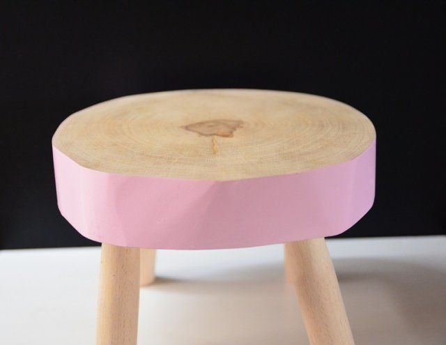 Ręcznie wykonany, dziecięcy kolorowy taborecik dla entuzjastów natury! Wykonany w 100% z materiałów przyjaznych naturze i twojemu dziecku! Wykonanie: w całości z drewna wysuszonego, zabezpieczonego impregnatem lnianym, malowanego i lakierowanego bezpiecznymi, bezwonnymi akrylowymi preparatami - siedzisko: drewno brzozowe - nóżki: drewno bukowe Wymiary: - średnica: ok. 30-33 cm - wys. całkowita: ok. 20 cm - wys. siedziska: ok. 6 cm Waga: - ok. 4 kg. UWAGA: Stołki robione są na zamówienie…