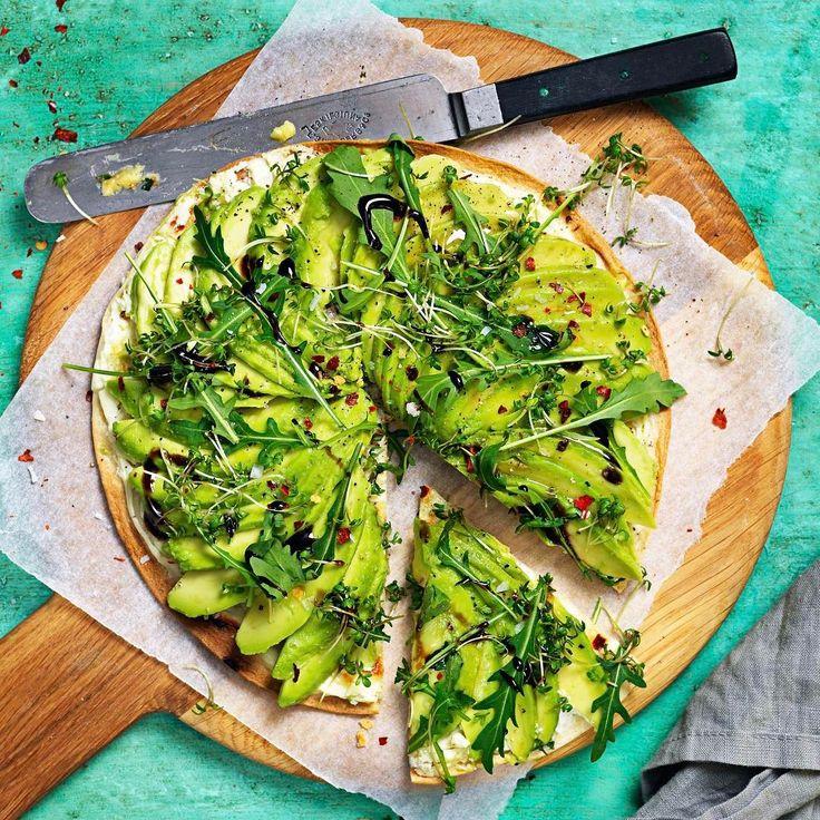 Pizzaversionen av avokadotoasten är här för att stanna! Grädda tortillabröd med färskost och mozzarella, toppa med avokado, chiliflakes, olivolja, flingsalt och rucola. Mums! #avokado #pizza #meatfreemonday #tidningenbuffe 🍕@foodbysofia 📸 @labellerockette