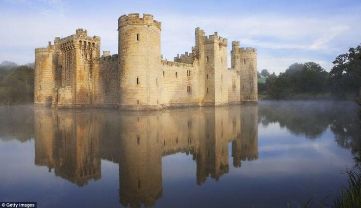 Средневековый замок Бодиам,расположенный рядом с графством Восточный Суссекс, Англия