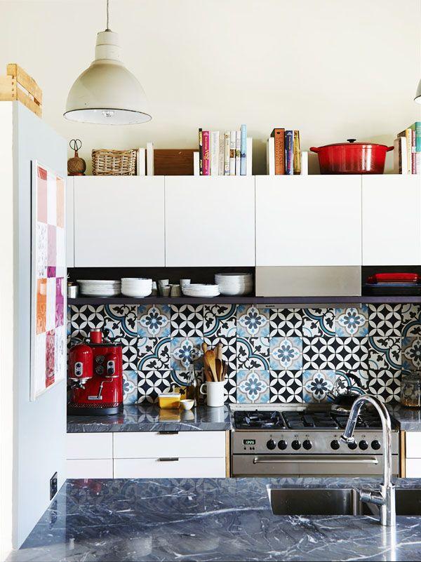 Petite cuisine etunz certaine originalité : j'aime beaucoup l'idée des petits casiers ouverts sous les meubles hauts, de part et d'autre du panneau décoratif inox de la hotte. Et jolie crédence en carreaux à motifs. #small+kitchen