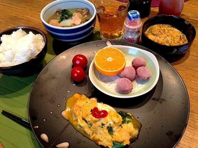 おはようございます(^^)  今日は、いい天気の朝です。今朝は和食。鍋で野菜をたっぷりとって。身体が、温まります。さて、今日は、水曜日。週の中日です。また、忙しいかなー。さぁ、スイスイ仕事がはかどるように頑張ります!ではではー^_^みなさん、よい1日をー♪(*^^)o∀*∀o(^^*)♪ - 11件のもぐもぐ - 小松菜、チーズオムレツ  トマト   ぶどう   オレンジ  つみれ鍋  納豆ヤクルト by 126kei