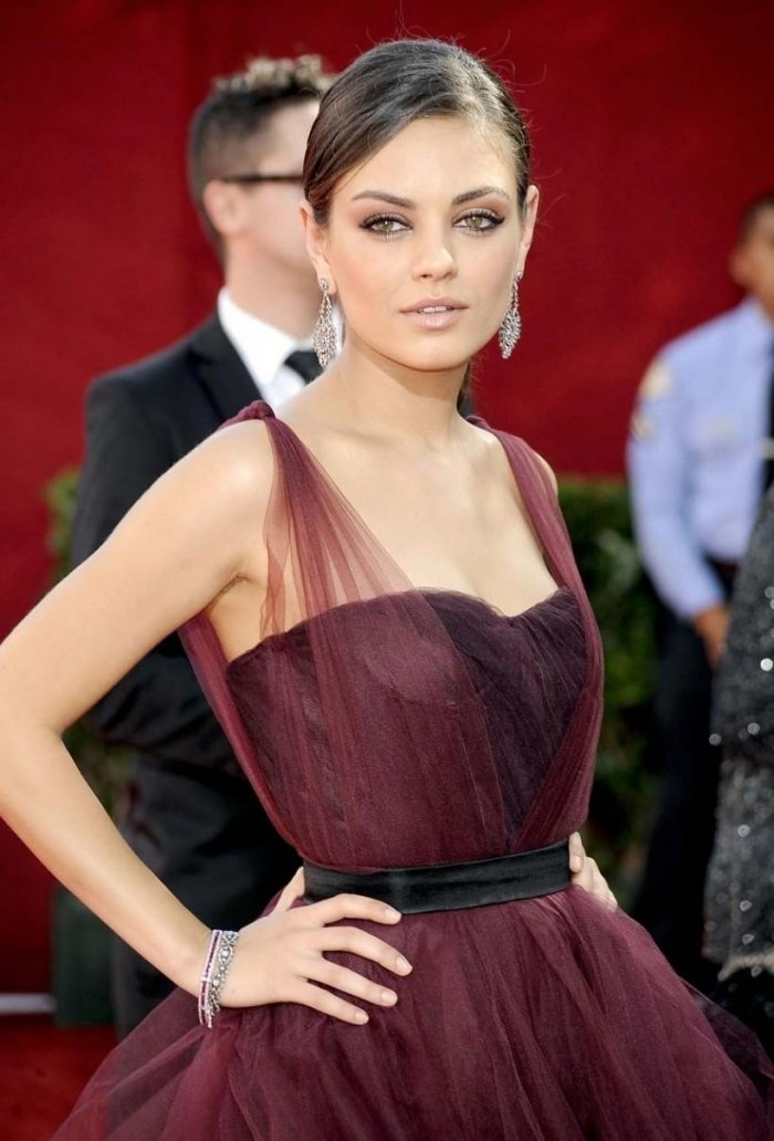 mila kunis red carpet looks soft summer relooking. Black Bedroom Furniture Sets. Home Design Ideas