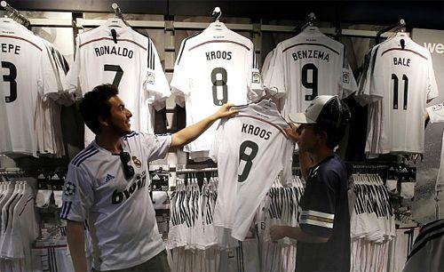 Kroos Jersey Real Madrid Las camisetas del Real Madrid con el dorsal '8′ a la espalda y el nombre de Toni Kroos, nuevo fichaje del Real Madrid, se agotaron en la tienda oficial del Bernabéu en apenas dos horas.