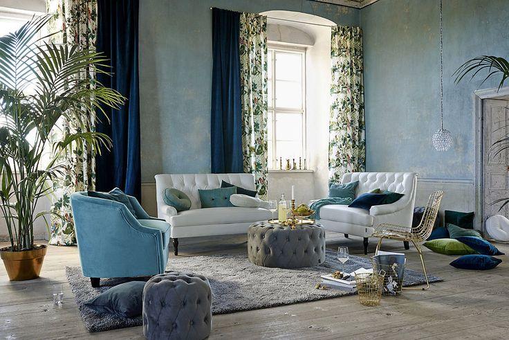 Lyxig sammet och djärva mönster skapar elegans och en visuell spänningi ett rum med industriell charm.