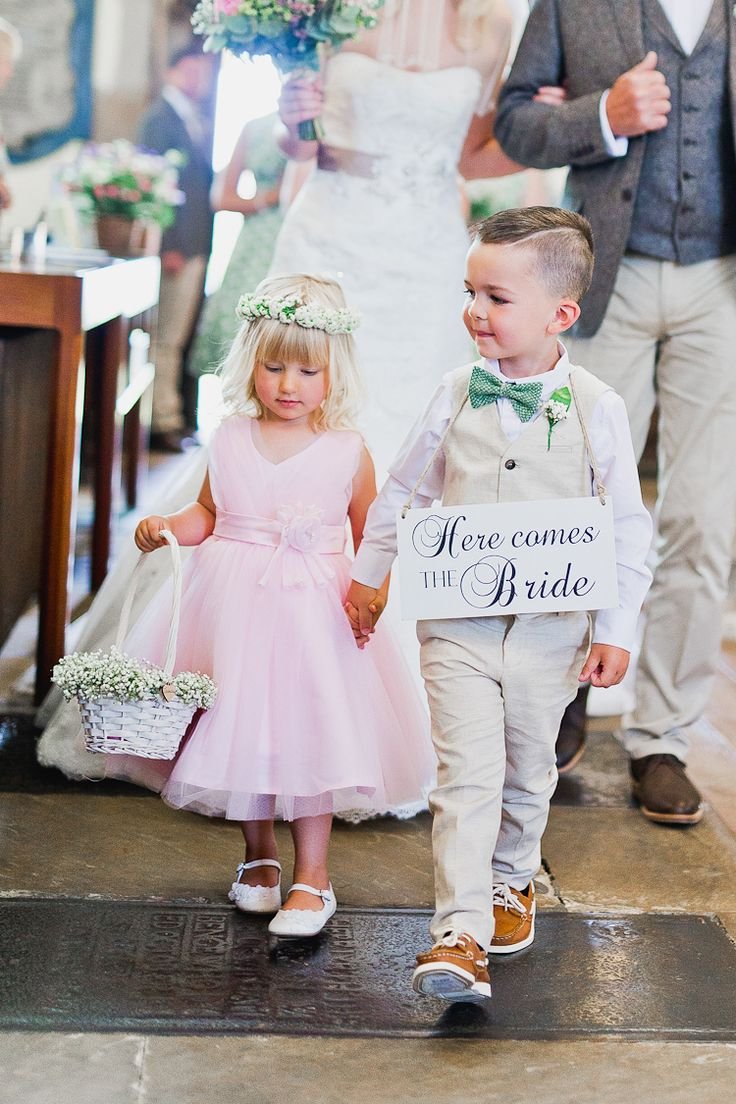 "Blumenmädchen und Junge mit ""Here Comes The Bride""-Schild – Flower girl and boy carrying ""Here Comes The Bride""-Sign"
