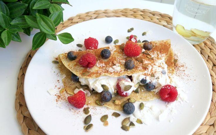 Een recept voor een super gezonde ontbijt pannenkoek met kwark en vers fruit. Heel lekker, goed vullend en gezond. Ideaal voor bij afvallen en dieet.