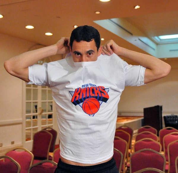 Prigioni se puso la remera de los Knicks para Olé. (Marcelo Figueras)