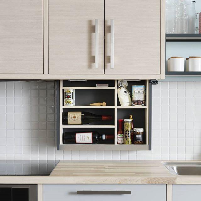 Med vårt höj- och sänkbara väggskåp öppnas helt nya möjligheter. Med en knapptryckning sänker du ner skåpets bakre del till önskad nivå och kommer enkelt och bekvämt åt dina kryddor och redskap. Perfekt för dig som uppskattar smarta lösningar för kreativ matlagning! #marbodalkök #marbodal #köksinspiration #köksinredning #matlagning #väggskåp #kökstillbehör #kök #kitchen #köksrenovering