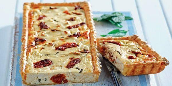 Μια πανεύκολη συνταγή για μια γιαουρτένια τάρτα με τυριά, λιαστή ντομάτα και δυόσμο. Ένα υπέροχο πιάτο για να το απολαύσετε σαν ορεκτικό ή σαν συνοδευτικό