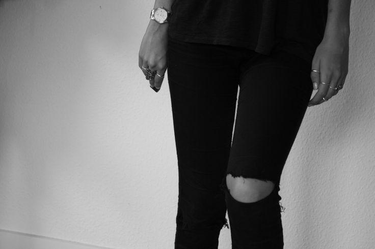 Sorte jeans med huller på begge knæ. Kan fåes forskellige steder