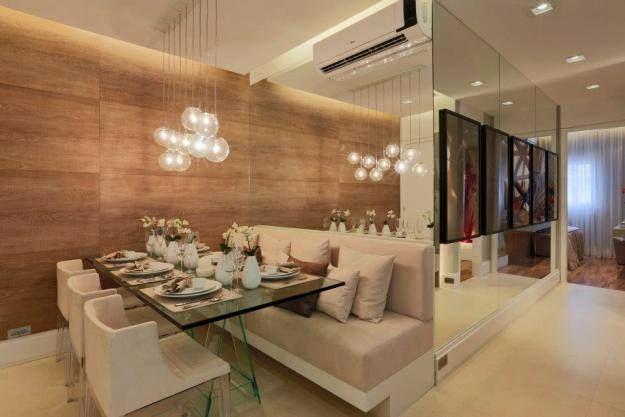 Sala de jantar com espelho e ar condicionado embutido na mesma parede