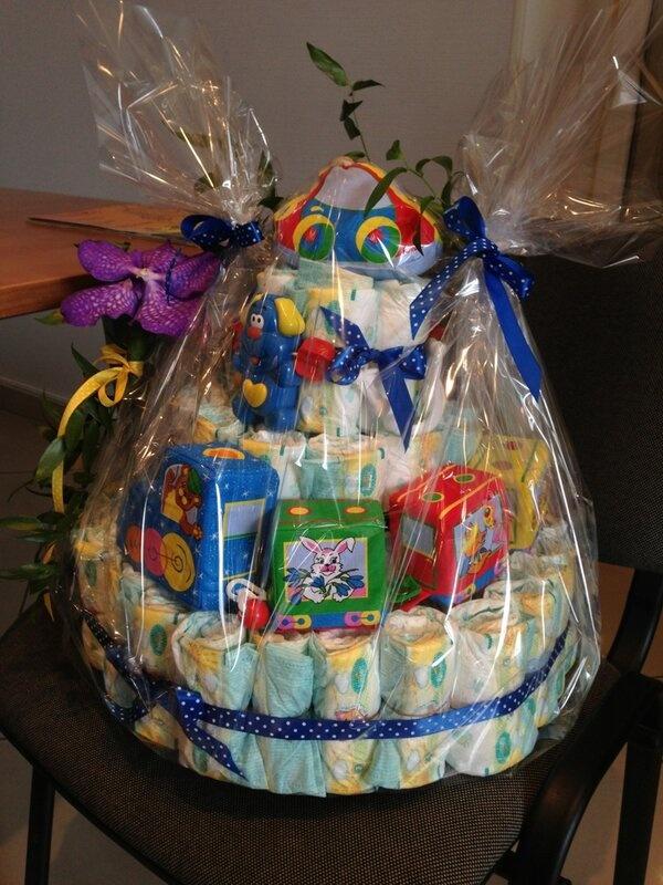 Подарок новорожденному - торт из памперсов