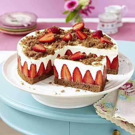 Erdbeer-Torte mit Schokoboden und Quarkcreme Rezept | LECKER