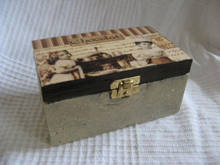 Pudełko drewniane wykonane techniką decoupage, lakierowane na wysoki połysk. Wymiary: 7x9x15cm.