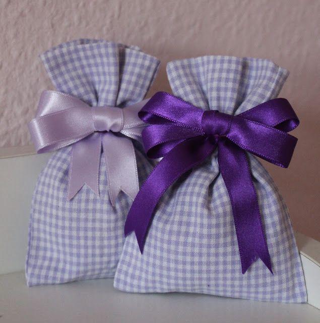 Mamma Gioca: Tutorial: come cucire un sacchettino di stoffa e come decorarlo con un fiocco