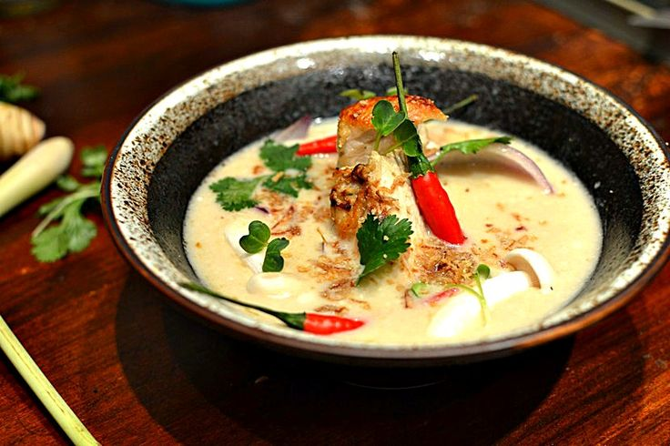 La meilleure recette de Soupe de Poulet au Lait de coco, Galanga et Citronnelle ! Un vrai délice, parfumé et ultra simple.