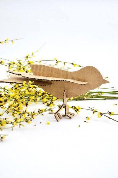 Piu Piu! Ich habe einfach mal beschlossen, dass jetzt Frühling ist. Und um das zu feiern, stelle ich euch eine Anleitung für einen DIY Steckvogel aus Wellpappe zur Verfügung. Zeitaufwand: 10 Minuten Material: Wellpappe, Bastelkleber, eine gute Schere oder einen...