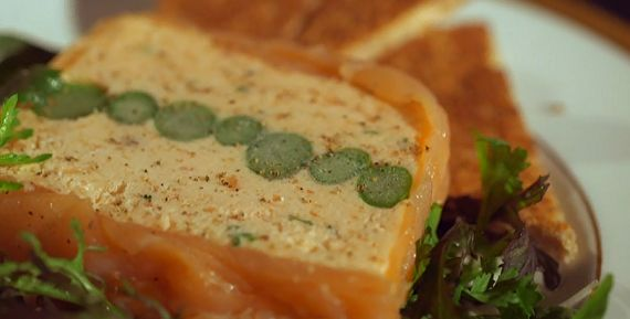 Mary Berry makes a smoked salmon and asparagus terrine starter on this week's Mary Berry Cooks. This is such an attractive and tasty looking dish that it is bound to get any dinner party off to a flying start. Mary suggests making it the day before to help reduce the stresses in the kitchen on the day of the party. As well as smoked salmon and asparagus, Mary also used 150g cooked salmon, 200g full fat cream cheese, 75g soften butter, 2tbs lemon juice and chopped chives as the key…