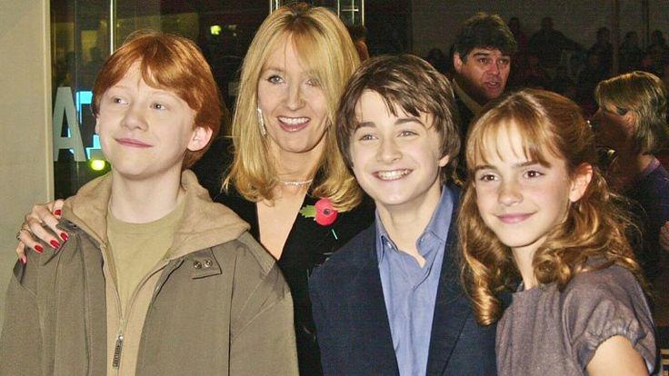 Le Saviez-Vous ? #196 Pourquoi Harry a les yeux bleus ? D'abord, parce que Daniel était allergique aux produits de nettoyage des lentilles. Ensuite, parce qu'au lieu de faire modifier par ordinateur ses yeux, le réalisateur a choisi de le voir plutôt comme un hommage à J.K., la véritable mère de Harry.