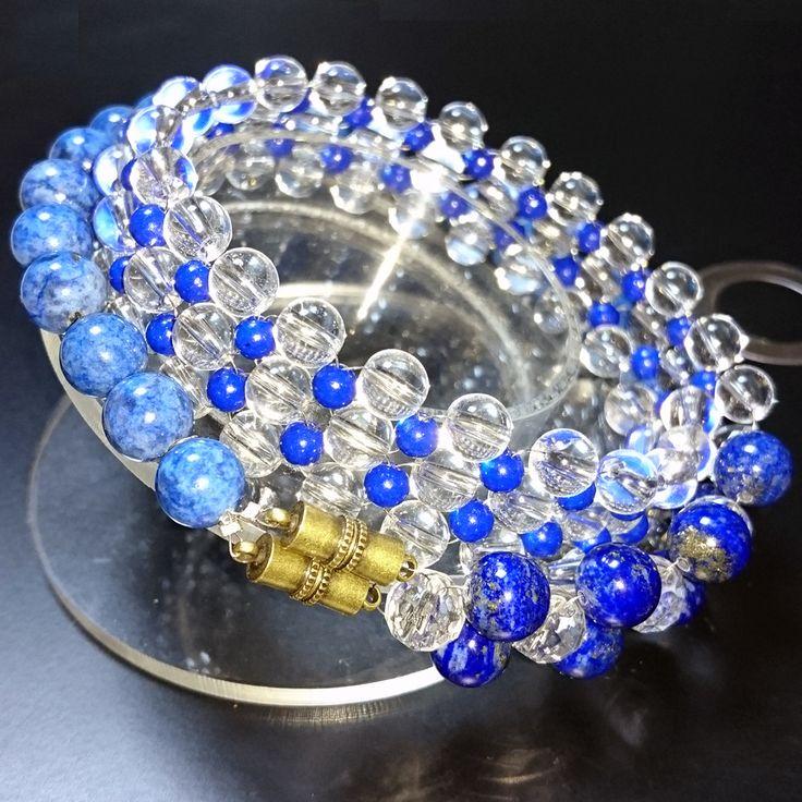 天然石ブレスレット_ラピスラズリ立体ビーズ編み  ラピスラズリの青と天然水晶の透明が高級感を生み出しています、トップで立体に交差する斬新なデザインにより個性的で目立ちます。 ラピスラズリのナチュラルな石の模様がかえって魅力的です。