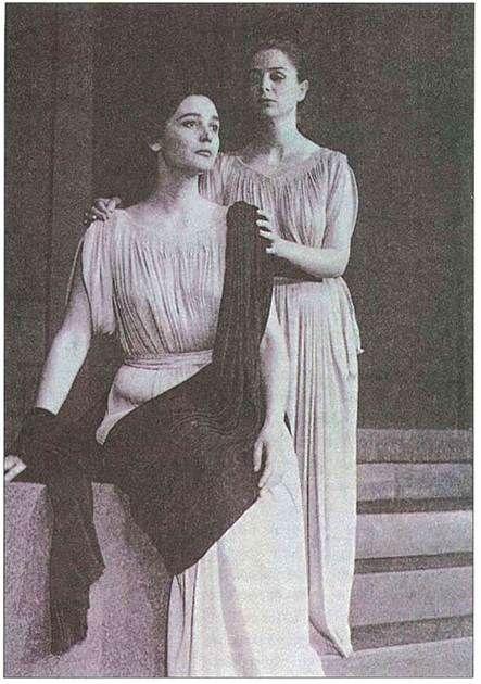 Εθνικό Θέατρο. Επιδαύρια 1956. Αντιγόνη. Αντιγόνη: Άννα Συνοδινού - Ισμήνη: Αντιγόνη Βαλάκου (Φωτ. Εθν. Θεάτρου)