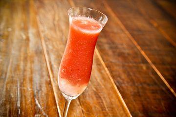 Drink de morango  50ml de vodca de baunilha    6 morangos    6 pedras de gelo moído    Açúcar ou adoçante a gosto