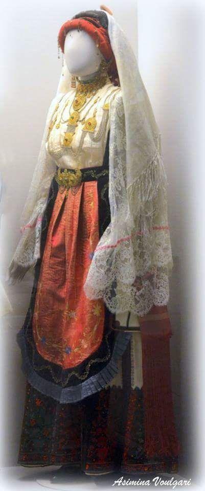 Νυφιάτικη φορεσιά Αγίας Άννας Εύβοια. Φωτογραφία: Ασημίνα. Βούλγαρη.