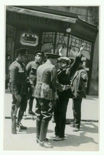 1932. Guàrdies d'assalt  escorcollant vianants a La Rambla de Barcelona. Foto de Josep Gaspar. AGA