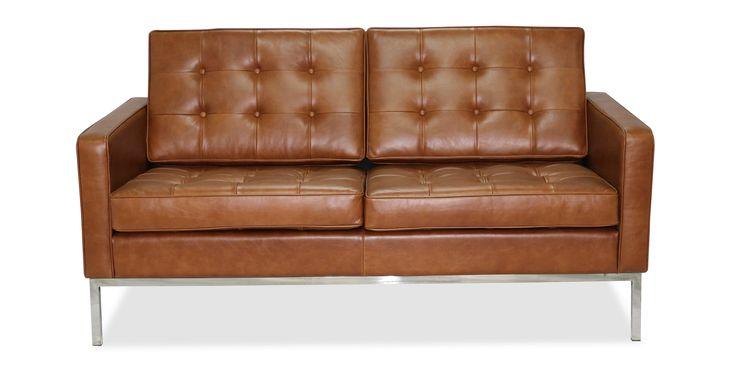 Italiensk design fra 1954 Tilgjengelig i kashmir, semi-anilinskinn og anilinskinn i en rekke forskjellige farger Matchende Florence Knoll tre-seter sofa og