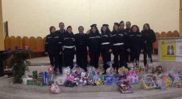 """PIANURA La Polizia Municipale ha donato alla Chiesa """"Il Tempio"""" del quartiere Pianura (Napoli) giocattoli che saranno destinati ai bambini bisognosi del"""