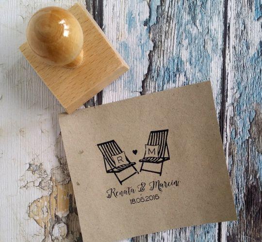 Świetny stempel ślubny z motywem leżaków! Uroczy dodatek do ślubnej papeterii :)  Do kupienia w sklepie internetowym Madame Allure.