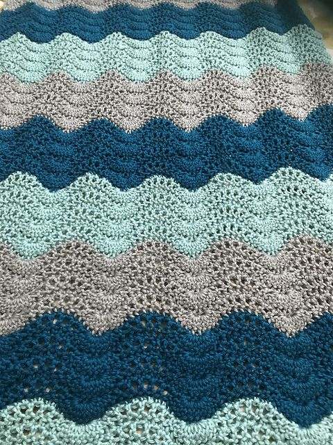 Feather and Fan Baby Blanket – free crochet pattern #crocheting