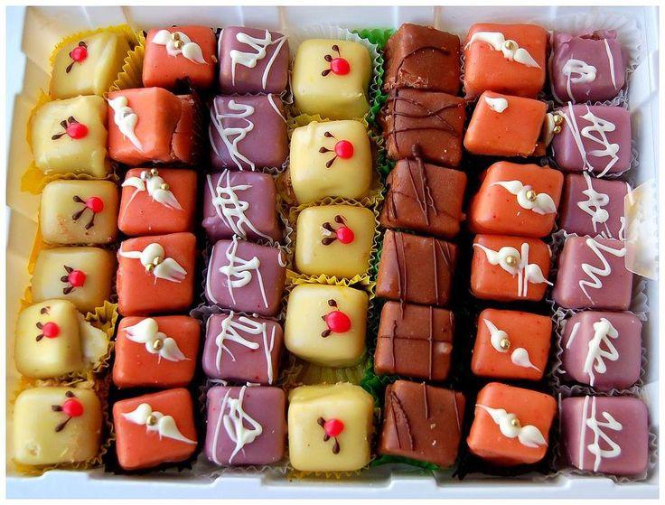 Za pripremu ovih kolačića potrebno je: __ – pakovanje oblandi – 25 kašika mlijeka – 25 kašika šećera – 250 gr maslaca – 150 gr mljevene plazme – 100 gr čokolade – 150 gr kokosa – 200 gr bijele čokolade – 200 gr mliječne crne čokolade Priprema: _ Mlijeko i šećer zagrijati, pa dodati maslac