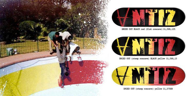 Ce matin, réception des nouvelles éditions ANTIZ Skateboards collection printemps 2015. Bel effort sur le graphisme des boards, notamment sur les séries «Skool» et «Owlystick» qui présentent un sacré coup de crayon, chapeau l'artiste ! On apprécie également la série «Dried» car le bois est tinté en dégradé rouge et jaune avec par dessus la peinture noire qui fait ressortir le logo. Quant à la qualité de fabrication, Antiz continue à faire du bon planchon haut de gamme malgré son petit…