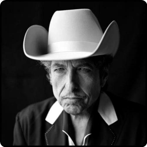 Bob Dylan,all'anagrafe Robert Allen Zimmerman (Duluth, 24 maggio 1941),è un cantautore e compositore statunitense.Distintosi anche come scrittore,poeta,pittore,   attore e conduttore radiofonico,è una delle più importanti figure degli ultimi cinquant'anni nel campo musicale, in quello della cultura popolare e della letteratura.  La maggior parte delle sue canzoni più conosciute risale agli anni sessanta, quando l'artista si è posto come figura chiave del movement,movimento di protesta…