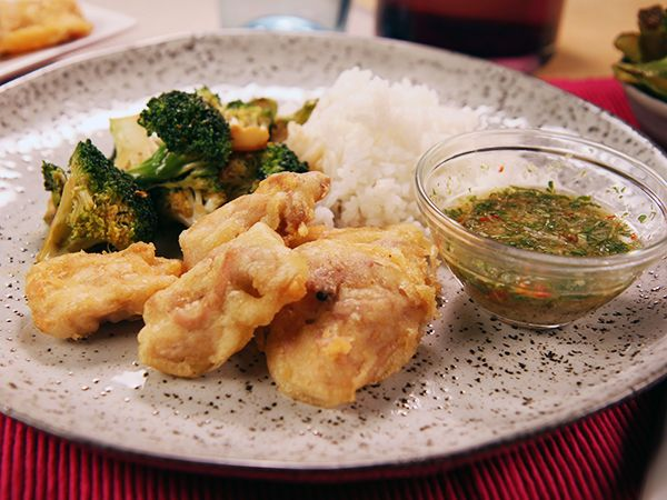 Snabbt, gott och glutenfritt recept på friterad kyckling. Servera med kryddig chili- och ingefärsdipp samt sojastekt broccoli.