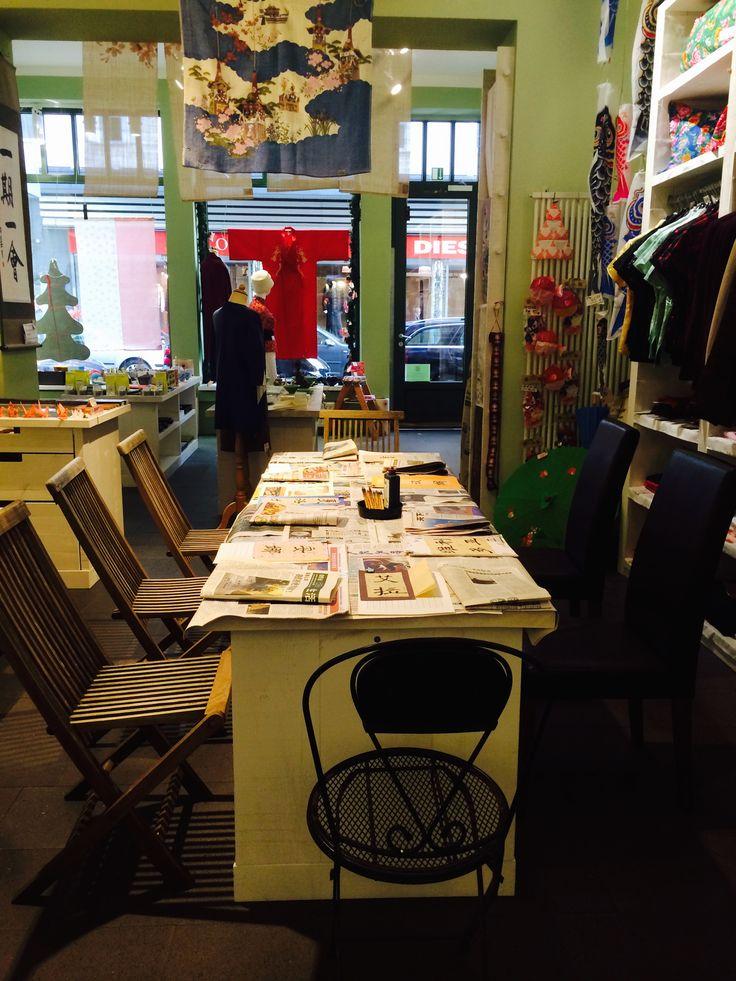 Der Di Xing Shop ist ein inhabergeführter Concept store, spezialisiert auf die japanische und chinesische Lebensart. Seit über zwanzig Jahren teilen wir in unserem stationären Geschäft in der Kölner Innenstadt mit unseren Kunden in Köln und weit darüber hinaus die Leidenschaft für authentische Waren aus Japan und China. Wir freuen uns, diese Leidenschaft jetzt auch online mit Ihnen teilen zu dürfen.