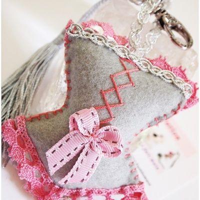 Bijoux de sac, porte clés CORSET LADY en feutrine gris souris et ruban rose
