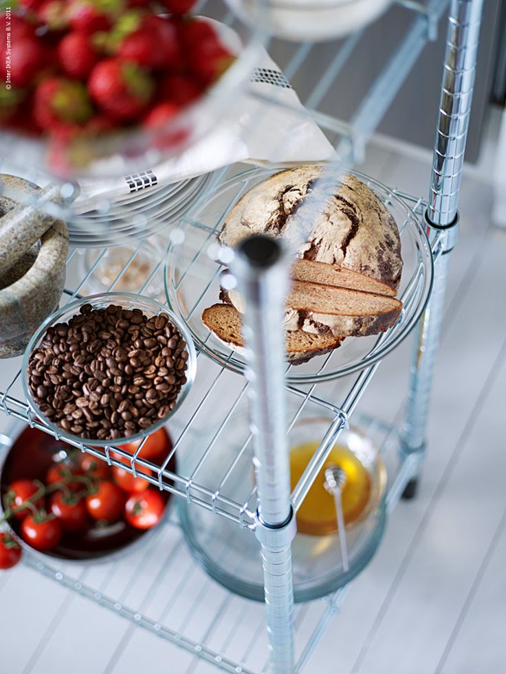 Fiffig förvaring är alltid välkommet. En flyttbar öppen köksö är praktiskt för att frigöra mer arbetsytor i det lilla köket och OMAR hylla rymmer det mesta som inte får plats på köksbänken eller i skåpen. Hyllan i förzinkad stål med industrikänsla är nätt och lätt att flytta runt efter behov. Fyll den med härliga ingredienser som du använder ofta och vill ha nära tillhands. Hanna M, redaktionen Livet Hemma