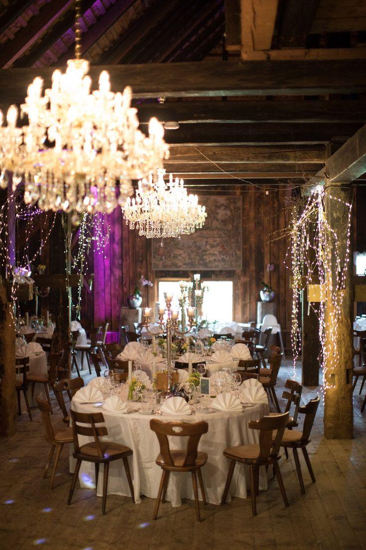 So schön kann eine rustikale Location mit eleganter Tischdeko aussehen. Schwarzwald-Hochzeit von Federica und Jens auf dem Henslerhof. Foto: Fabio Marras