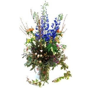 Este arreglo es puro campo silvestre. Es un arreglo de flores rústicas y campestres con verdes sacados de nuestro jardín. Las flores son delfiniums, astromelias, lisantos, rosas inglesas y verde | Bourguignon Floristas
