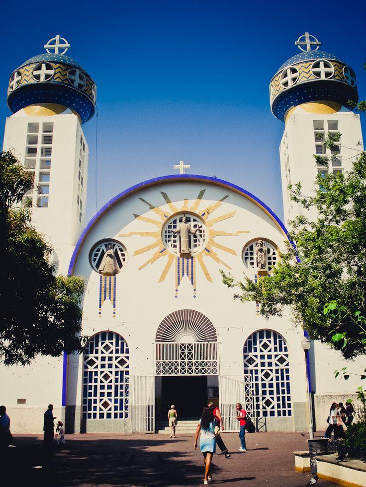 La Catredal de Acapulco, combina arquitectónicamente estilos que se amalgamaron durante y después de la construcción, ya que se pueden admirar detalles tanto de la arquitectura neocolonial, como del estilo morisco y bizantino, este último en la cúpula y las torres. #Acapulco #BestDay #OjalaEstuvierasAqui