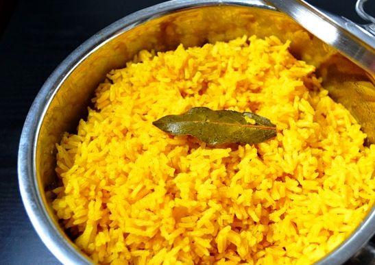 Nasi Kuning wordt in Indonesië geserveerd tijdens speciale gelegenheden, maar bij ons leert je hoe zelf kunt maken en dan kun je het elke dag eten! Lekker.