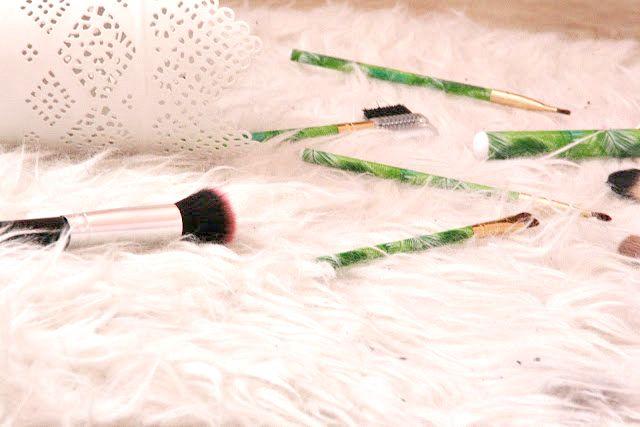9 x Budget make-up kwasten onder de 5 euro   Het is vaak erg lastig om de juiste kwasten te vinden voor een goed prijsje. Het leek me daarom handig om mijn budget favorieten met jullie te delen op kwasten gebied. Ben je nog op zoek naar een goed stel betaalbare kwasten dan is dit wellicht behulpzaam.  Action  Wenkbrauwen & wimpers  Poeder blush bronzer highlighter  lipproducten concealer voor kleine onzuiverheden  Oogschaduw  Wenkbrauw & eyeliner  Van Mathilde kreeg ik dit super schattige…
