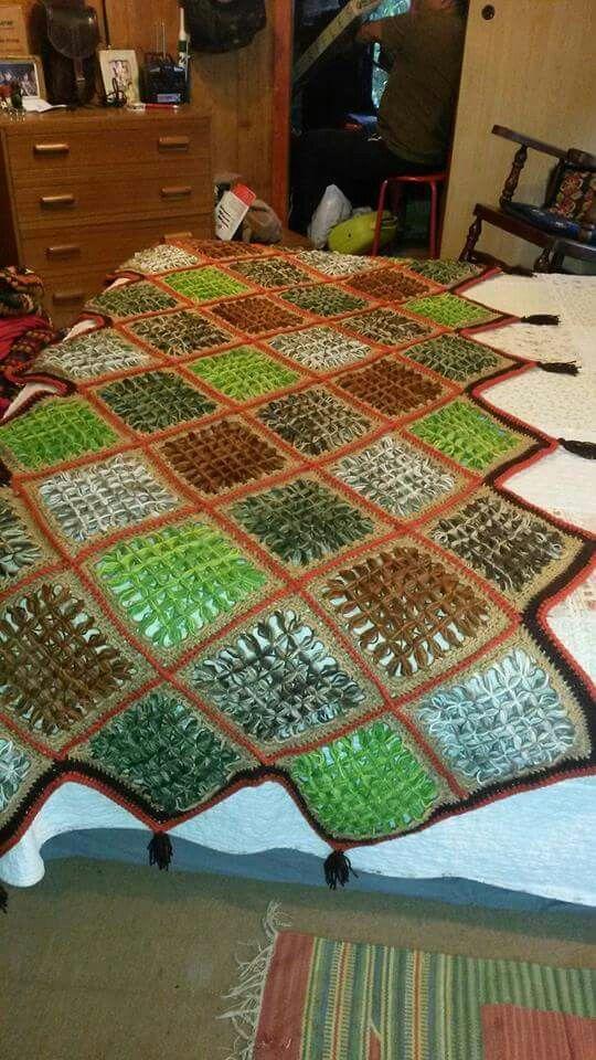 Piesera tejida con telar mariposa y terminaciones a crochet