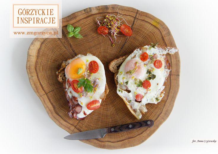 Chrupiący tost z szynką wiejską lub salami, pomidorkami, jajkiem sadzonym, kiełkami rzodkiewki i ziołami http://zmgorzyca.pl/index.php/pl/kulinarny/sniadanie/407-chrupiacy-tost-6