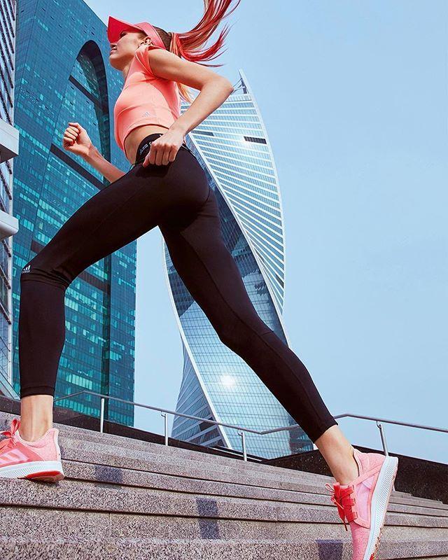 """Ready, steady, go! Photo: @EmmieAmerica Style: @_Sedova./ Планируете впервые принять участие в забеге Натальи Водяновой """"Бегущие сердца""""? Или уже готовы пробежать свой первый полумарафон? В майском Vogue вы найдёте подробный семистраничный гид по бегу для любого уровня подготовки."""