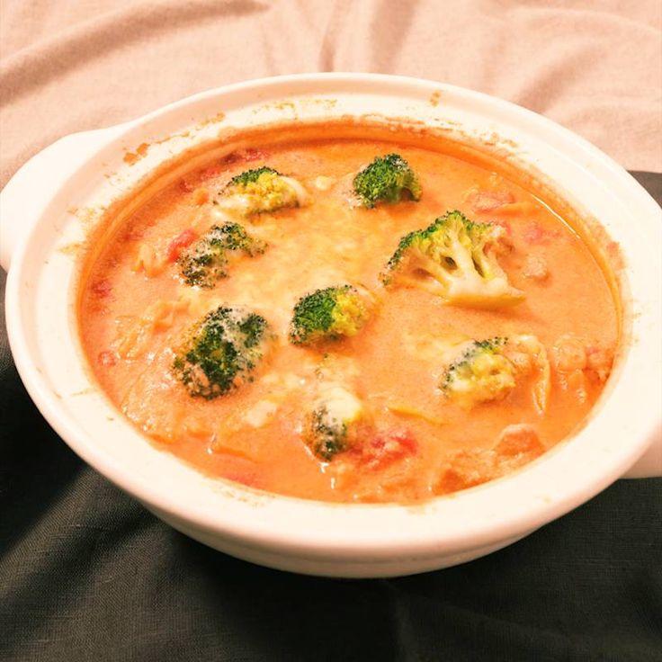 「あつあつとろーり 豆乳トマトチーズ鍋」の作り方を簡単で分かりやすい料理動画で紹介しています。和風に飽きたら是非試して頂きたい、豆乳トマトチーズ鍋です! 野菜の旨みがたっぷり溶け出したスープに豆乳が加わって優しい味わいです。 〆は是非茹でたパスタを絡めてお召し上がり下さいね! お米を入れてリゾット風にしても美味しくお召し上がり頂けますよ。