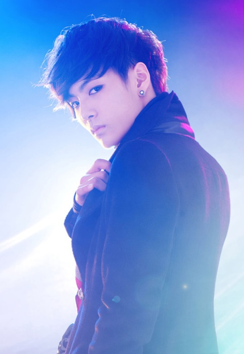 JR, from NU'EST is it me or does kinda resemble TOP in this pic???